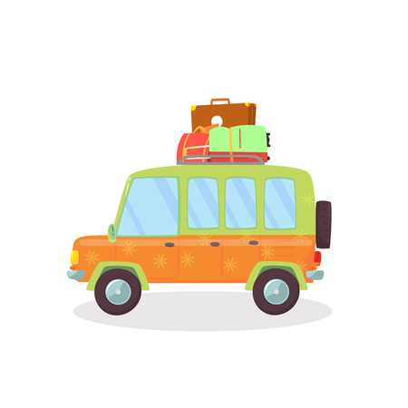 Coche moderno de color naranja, verde con maletas en el techo aislado sobre fondo blanco. Vista lateral del cómodo automóvil cupé para viajes familiares. Ilustración de Vector plano de dibujos animados. Clip Art, icono.