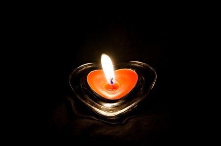 bougie coeur: coeur bougie allum�e sur fond noir