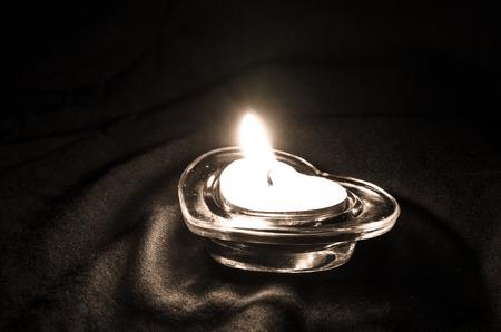 bougie coeur: coeur bougie allum�e en noir et blanc