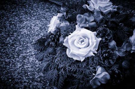 Décoration couronne de fleurs sur la tombe couché Banque d'images - 33567860