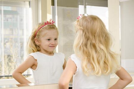 espejo: reflexi�n hermosa chica rubia en el espejo Foto de archivo