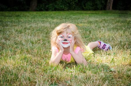 painting face: chica rubia con pintura de la cara