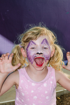 peinture visage: beautiful blond girl with face painting Banque d'images