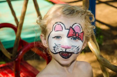 painting face: hermosa chica rubia con pintura de la cara del gatito hallo