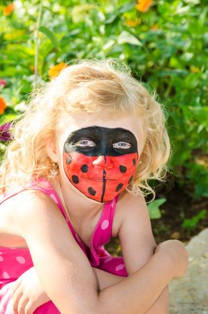 painting face: hermosas chicas rubias con pintura de la cara adybug