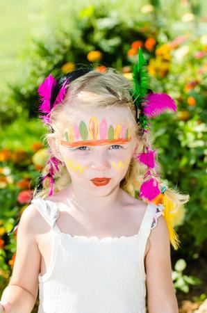 peinture visage: belle jeune fille blonde avec la peinture faciale indien