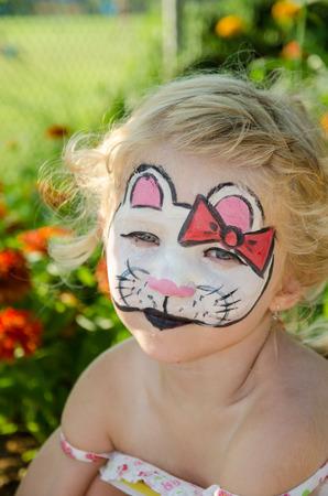painting face: chica rubia con la pintura de la cara del gato