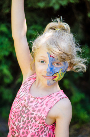 caritas pintadas: chica rubia con pintura de la cara