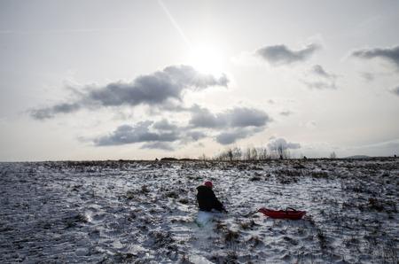 ni�os abandonados: escena de invierno con el ni�o sentado