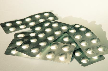 pilule: sistema de la plata de las p�ldoras aisladas en blanco