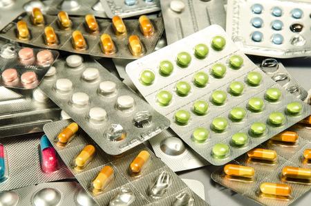 pilule: pastillas de colores aislados en blanco