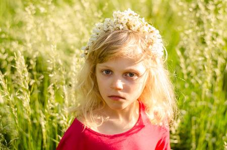 cintillos: retrato de la hermosa chica rubia con diadema de flores en la pradera