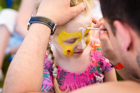 volti: bella ragazza bionda con face-painting
