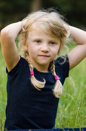 trenzas en el cabello: retrato de la chica rubia con el pelo trenzado