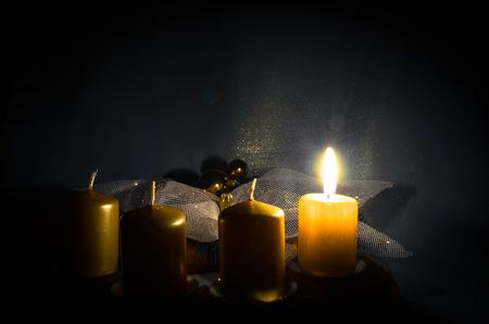 candela: una candela che brucia in corona di avvento
