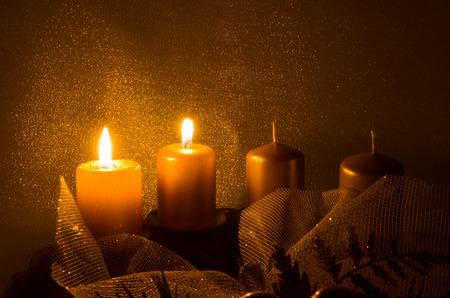 kerze: Zwei brennende Kerze in Adventskranz