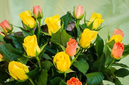 rosas naranjas: imagen montón de amarillo y rosas de color naranja