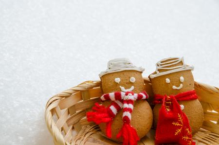 galletas de jengibre: Pan de Navidad mu�eco de nieve en la canasta contra el fondo cubierto de nieve