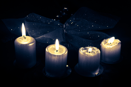 advent wreath: cuatro velas encendidas advenimiento decoraci�n
