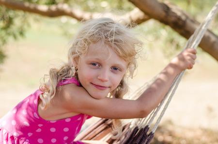 caras felices: hermoso pequeño retrato rubia sonriente niña