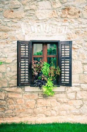 ventanas abiertas: ventanas abiertas y macetas