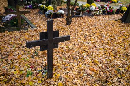 rostige Eisenkreuz im Herbst Friedhof