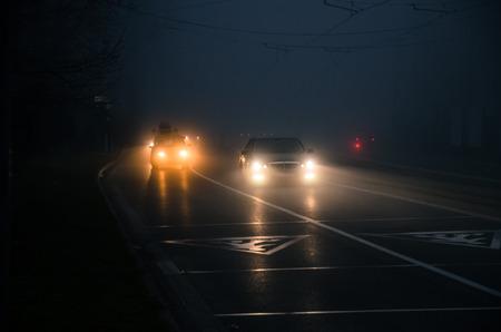 道路上の霧深い天候で点灯台