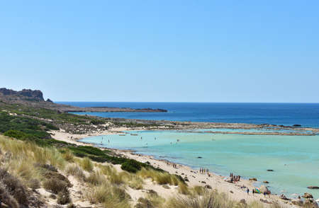 View of the beautiful Balos beach with azure water, white and pink sand on the island of Crete in Greece 免版税图像