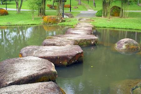 石の歩道と中国の庭、シンガポールの小さな湖