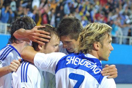 gusev: KYIV, Ucraina - 16 settembre 2009: Dynamo Kyiv squadra festeggia dopo Oleg Gusev (secondo da sinistra) segnato contro il Rubin Kazan durante il gioco di UEFA Champions League il Apr 16, 2009 a Kiev