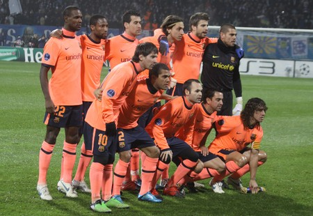 iniesta: KIEV, UKRAINE - DECEMBER 9, 2009: FC Barcelona team pose for a group photo before UEFA Champions League football game against FC Dynamo Kyiv on December 9, 2009 in Kiev Editorial