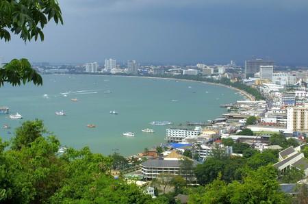 観察: 丘の上の観測点からパタヤ市を表示します。タイ
