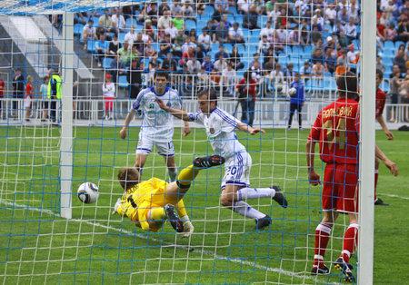 gusev: Kiev, Ucraina - 19 maggio 2010: Oleg Gusev della Dinamo Kiev (in bianco, # 20) segna un goal durante la partita di campionato Ucraina contro Metalurg Zaporizhya il 19 maggio 2010 a Kiev Editoriali