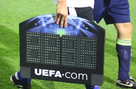 arbitro: KYIV, Ucrania - el 17 de agosto de 2010: �rbitro toma una Junta de indicador durante durante la Liga de Campeones de la UEFA juego de desempate entre FC Dinamo de Kiev y la AFC Ajax en Kiev, Ucrania, 17 de agosto de 2010