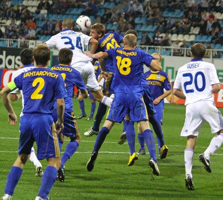gusev: KYIV, Ucraina - 16 settembre 2010: FC Dynamo Kyiv e FC Bate giocatori lottano per la palla durante il loro gioco di Coppa Europa il 16 settembre 2010 a Kiev, Ucraina
