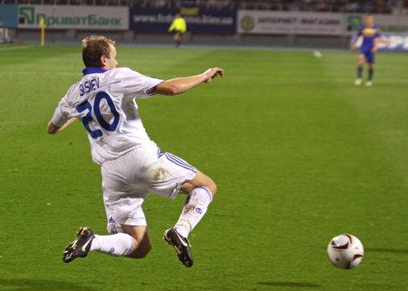 gusev: KYIV, Ucraina - 16 settembre 2010: Oleg Gusev di Dynamo Kyiv salti per la palla durante una partita di Coppa Europa contro FC BATE su 16 settembre 2010 a Kiev, Ucraina