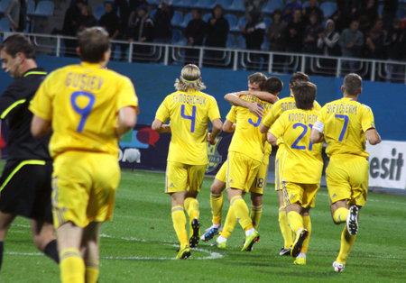 gusev: Kiev, Ucraina - 7 Settembre 2010: I giocatori dell'Ucraina nazionale di calcio festeggiare dopo che ha segnato contro il Cile durante una partita amichevole il 7 settembre 2010 a Kiev, Ucraina