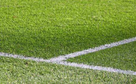 녹색 축구 필드에 흰색 줄무늬 스톡 콘텐츠