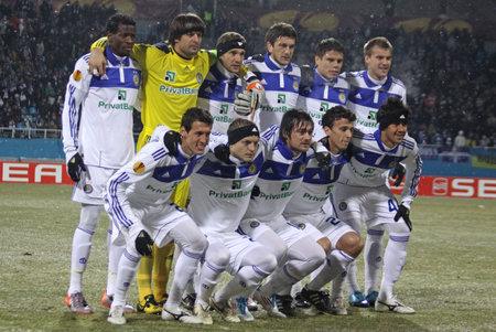 gusev: KYIV, Ucraina - 24 febbraio 2011: Posa di squadra FC Dynamo Kyiv per una foto di gruppo prima della partita di UEFA Europa League contro Besiktas il 24 febbraio 2011 in Kyiv, Ucraina