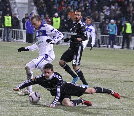 gusev: KYIV, Ucraina - 24 febbraio 2011: Oleg Gusev di scontri Dynamo Kyiv (bianco) per una palla con Roberto Hilbert di Besiktas durante il loro gioco di UEFA Europa League il 24 febbraio 2011 in Kyiv, Ucraina Editoriali