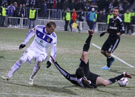gusev: KYIV, Ucraina - 24 febbraio 2011: Oleg Gusev di Dynamo Kyiv (L) combatte per una palla con Roberto Hilbert di Besiktas durante il loro gioco di UEFA Europa League il 24 febbraio 2011 in Kyiv, Ucraina