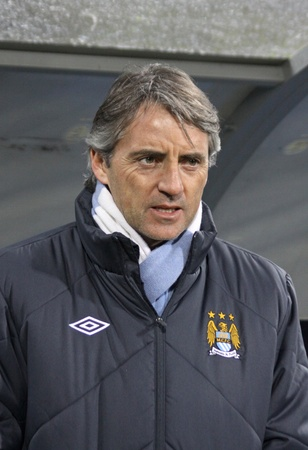 europa: KYIV, UKRAINE - MARCH 10, 2011: FC Manchester City manager Roberto Mancini looks on during UEFA Europa League game against FC Dynamo Kyiv on March 10, 2011 in Kyiv, Ukraine