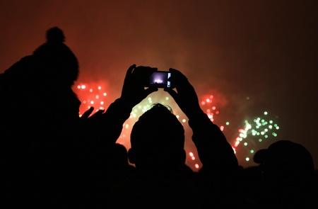 사람들이 스위스 취리히에서 열리는 새로운 2011 년 불꽃 놀이 사진을 찍습니다.
