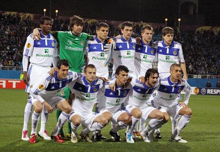 gusev: KYIV, Ucraina - 7 aprile 2011: Posa di squadra FC Dynamo Kyiv per una foto di gruppo prima partita di UEFA Europa League contro il SC Braga il 7 aprile 2011 a Kyiv, Ucraina