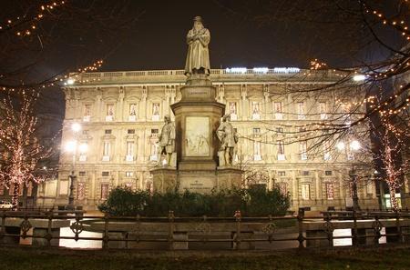 scala: Leonardos monument on Piazza Della Scala at night. Milan, Italy
