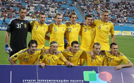 gusev: KYIV, Ucraina - 1� giugno 2011: Ucraina nazionale di calcio squadra posa per una foto di gruppo prima della partita amichevole contro Uzbekistan su 1� giugno 2011 a Kyiv, Ucraina