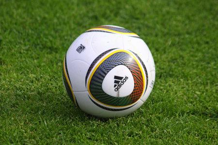 녹색 잔디 필드에 Jabulani 축구 공 에디토리얼