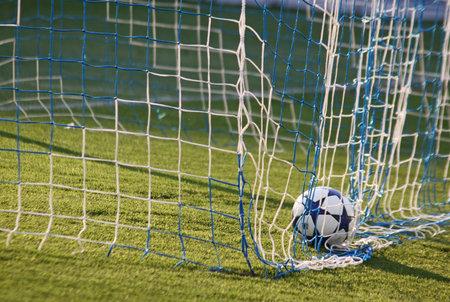 adidas: Kiev, Oekraïne - 23 april 2011: Voetbal bal in het net na Dynamo Kyiv scoort tegen Arsenal tijdens hun Oekraïne spel van het Kampioenschap op 23 april 2011 in Kiev, Oekraïne
