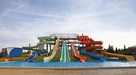 다채로운 아쿠아 파크 슬라이드 및 수영 풀 스톡 콘텐츠