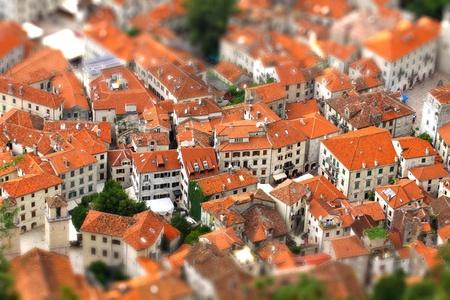 モンテネグロのコトル旧市街の建物の鳥瞰図傾きシフト ミニチュアの効果